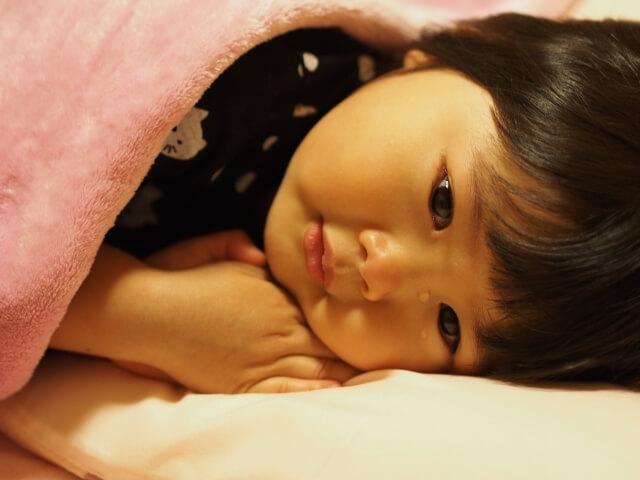 ロタウイルス感染で安静にしている子供